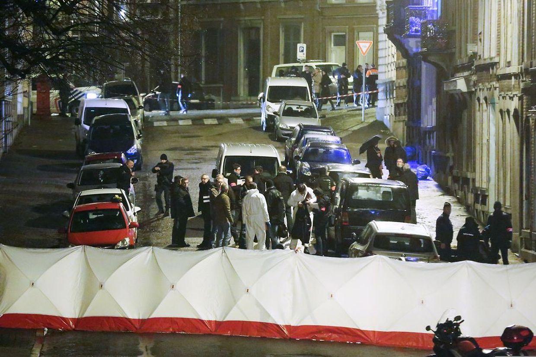 Polizisten und Forensiker begutachten den Tatort in Verviers.