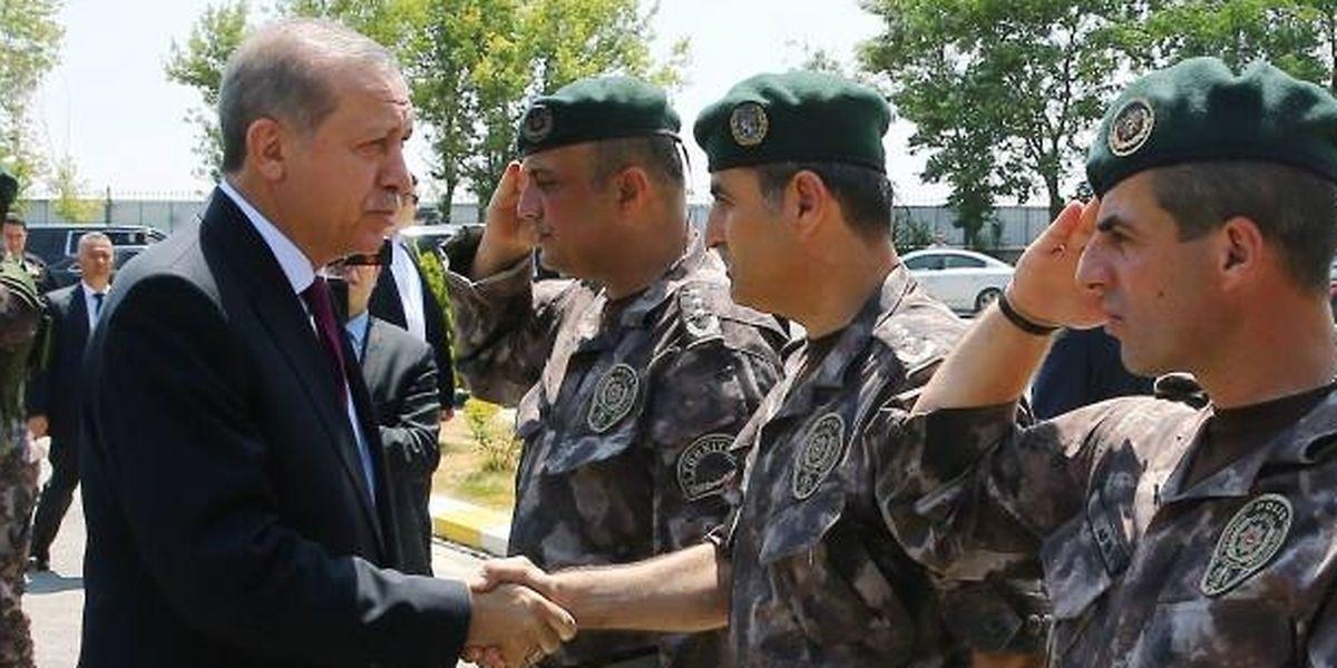 Erdogan beim Besichtigen einer Spezialeinheit der türkischen Polizei am Freitag.