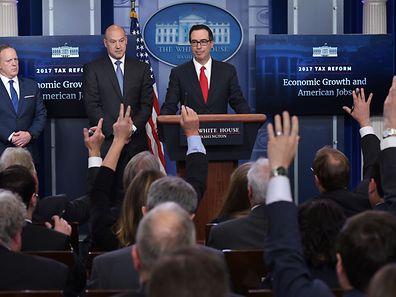 Viele Fragen offen: Pressechef Sean Spicer, Wirtschaftsberater Gary Cohn und Finanzminister Steven Mnuchin bei der Vorstellung der Steuerreform am Mittwoch.