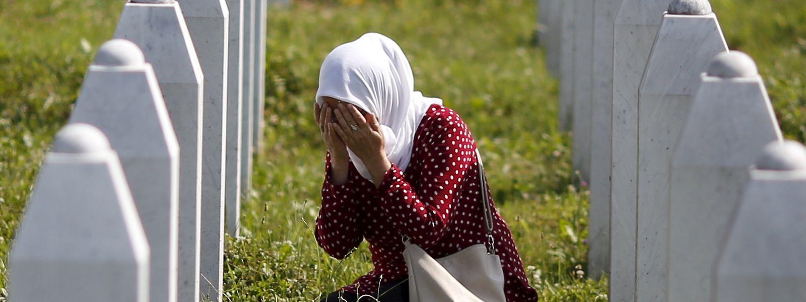 Trauer in Gedenkstätte Potocari bei Srebrenica