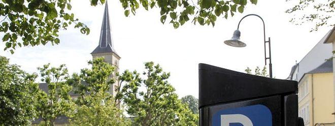 Nicht überall muss bezahlt werden. Auf dem Platz vor der Kirche darf auch in Zukunft gratis geparkt werden.