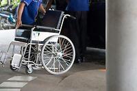 Der Sanitäter hatte den Rollstuhl nur mit zwei statt mit vier Gurten im Krankenwagen fixiert und es zudem unterlassen, dem Patienten den Sicherheitsgurt anzulegen.