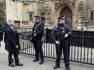 Le maire de Londres Sadiq Khan parle avec des policiers devant le parlement, suite à l'attaque de Westminster survenue le 22 mars.