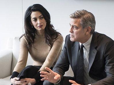 George Clooney erschien zu dem Treffen mit Kanzlerin Merkel mit seiner Frau Amal (Mitte). Die Juristin setzt sich international für Menschenrechte ein.