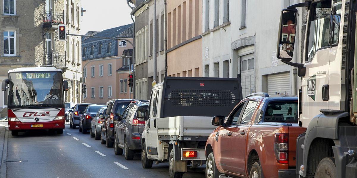 Alltag in der Rue Maximilien: In den Spitzenstunden morgens und abends bilden sich an den Verkehrsampeln lange Staus.