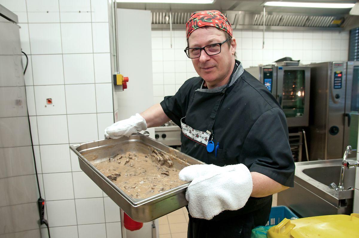 Thilo Umbach, chef-cuisinier au restaurant social de Hollerich: «16 personnes font partie de l'équipe en cuisine et nous devons au moins être 9 pour que tout fonctionne. Le but est de permettre à ces personnes de revenir sur le premier marché de l'emploi».