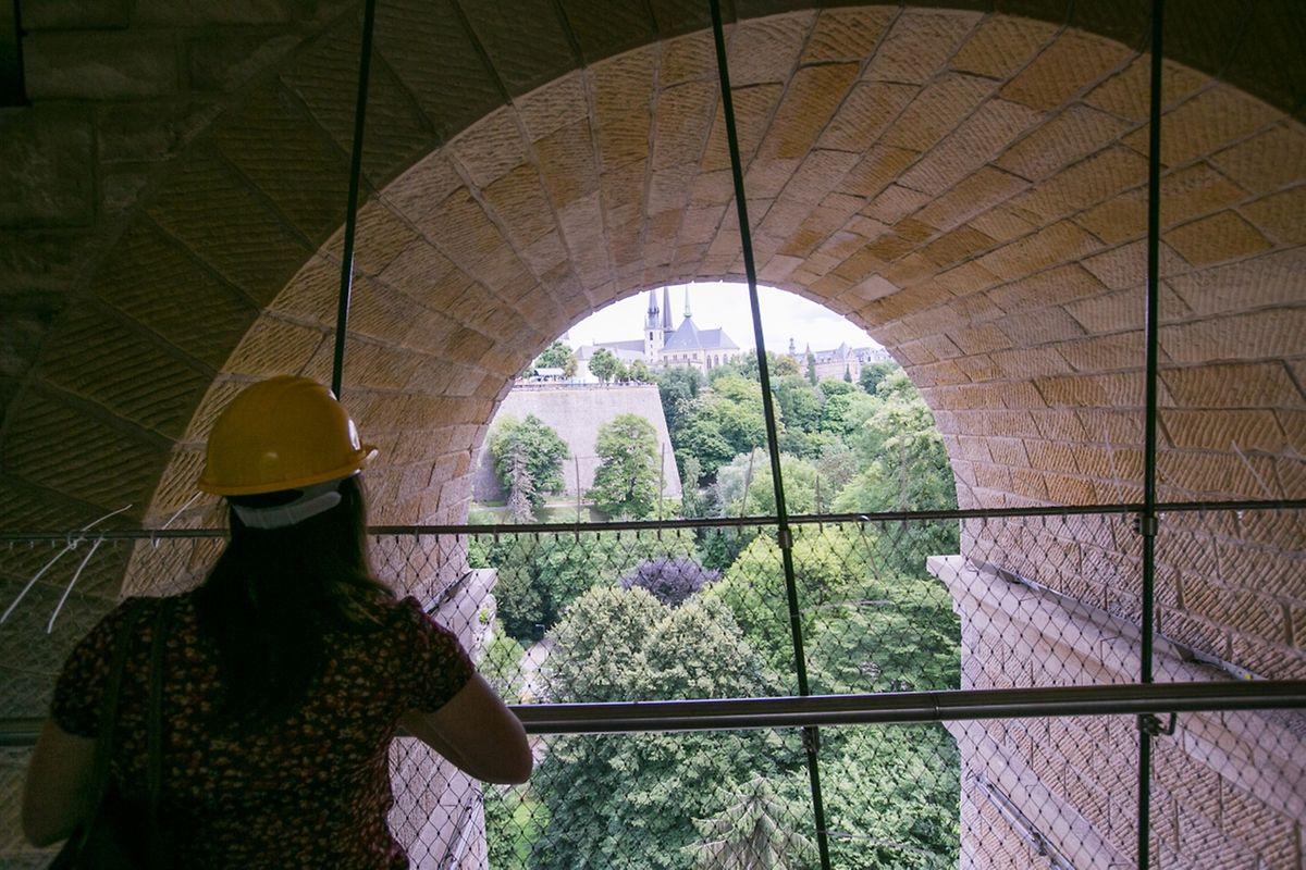 Dem Besucher bieten sich eindrucksvolle Ausblicke unter dem Pont Adolphe.