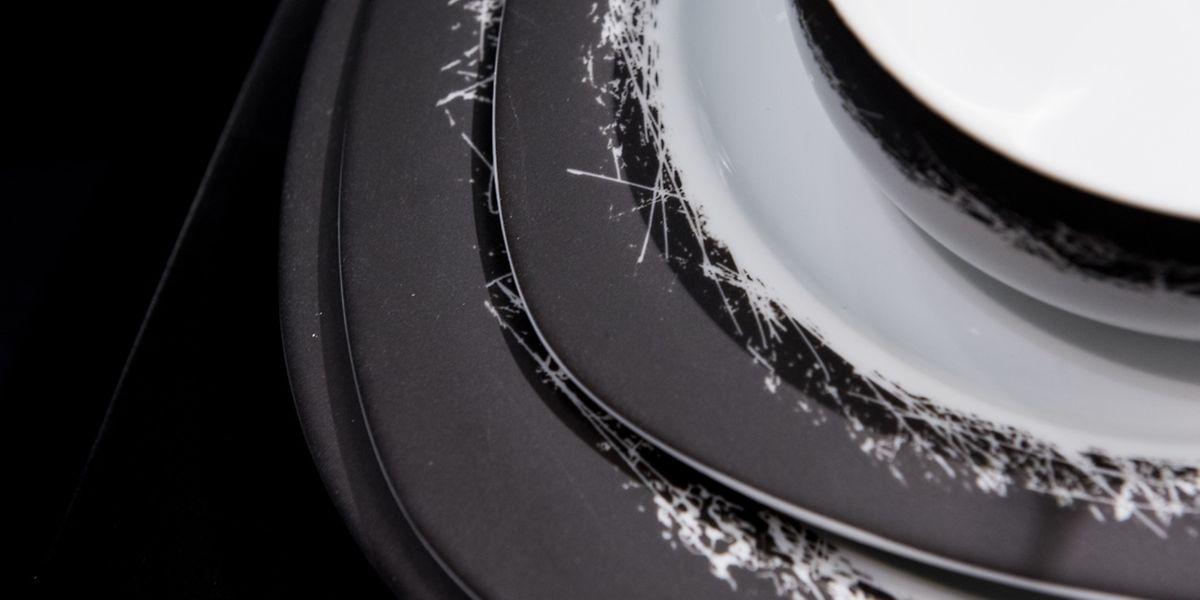 """Rosenthal gibt seiner Geschirr-Kollektion """"Suomi New Generation"""" unter dem Beinamen """"Ardesia"""" einen matten schwarzenRand, der am Übergang zum Weiß von zarten Linien unterbrochen wird."""