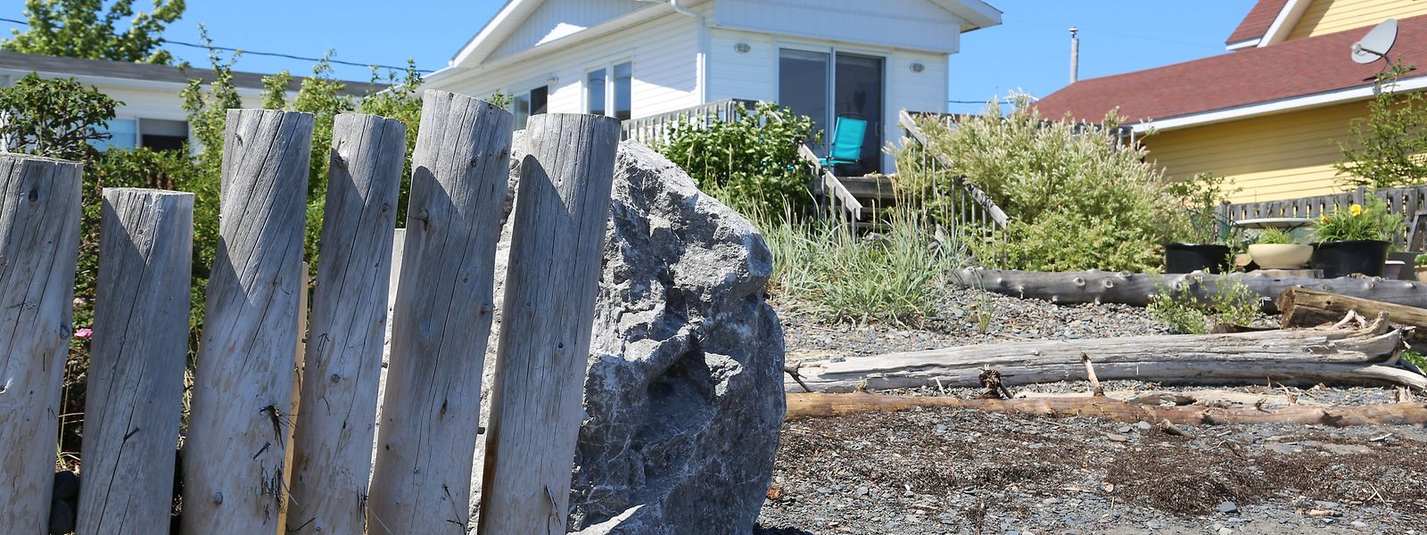 La maison de Monique s'est fait emporter sa clôture trois fois, depuis sa propriétaire n'en a pas reconstruit.