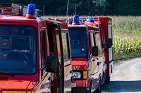 """11.10.2021, Bayern, Waldmünchen: Feuerwehrfahrzeuge stehen an einem Wanderweg. Bei einer Wanderung am tschechischen Berg Cerchov ist am 10.10.2021 ein achtjähriges Mädchen aus Berlin verschwunden. Die Polizei durchkämmt seitdem das unwegsame Waldgebiet an der bayerisch-tschechischen Grenze - bisher ohne Erfolg. (zu dpa """"Polizei sucht verschwundene Achtjährige"""") Foto: Armin Weigel/dpa +++ dpa-Bildfunk +++"""