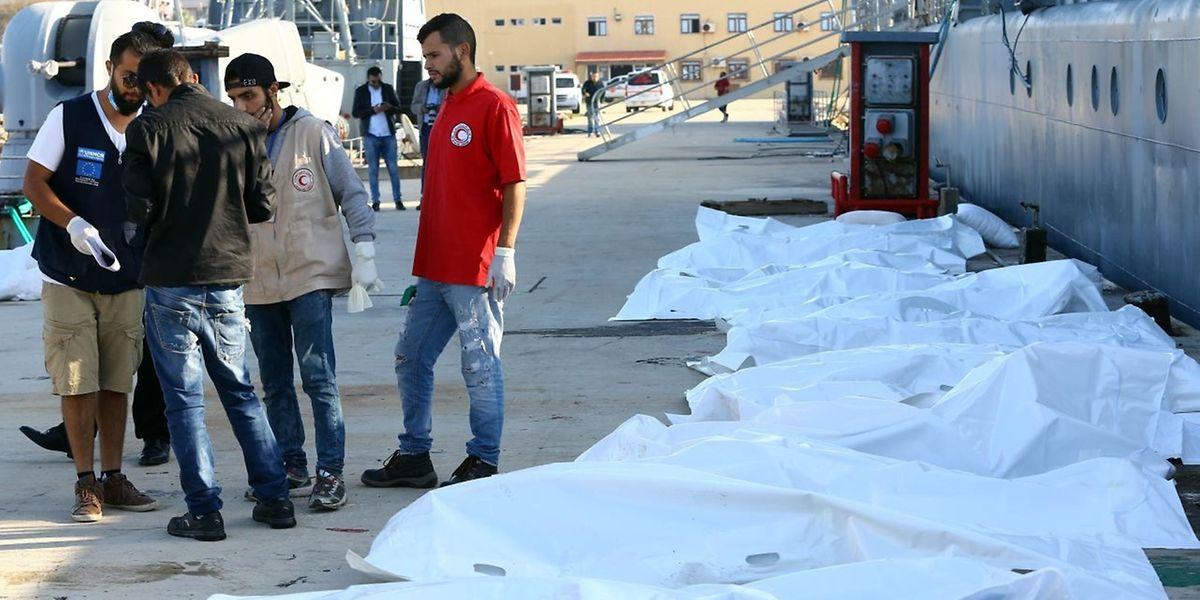 Libysche Hilfskräfte am Samstag in Tripoli neben den Körper von afrikanischen Migranten die im Mittelmeer gestorben sind.