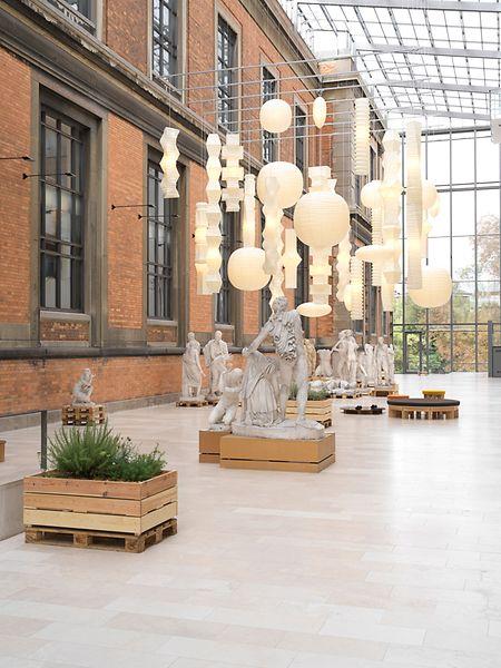 Dialogue  des lampes Akari de Isamu Noguchi avec les créations végétales et les sculptures de Danh Vo.