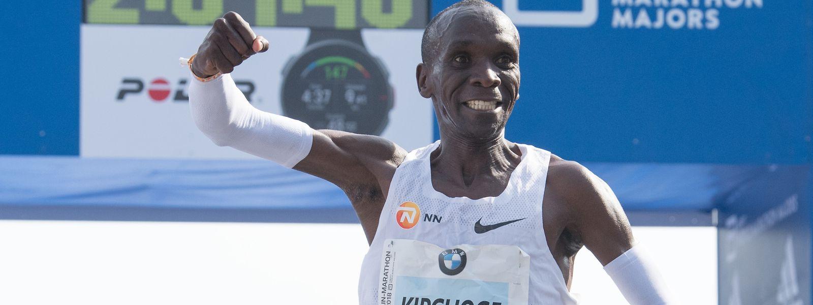 Der Kenianer Eliud Kipchoge gewinnt den 45. BMW-Berlin-Marathon in 2:01:39 Stunden.