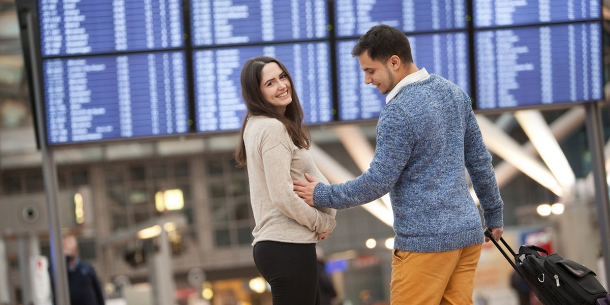 Fliegen in der Schwangerschaft ist möglich - allerdings bis maximal vier Wochen vor dem errechneten Geburtstermin.