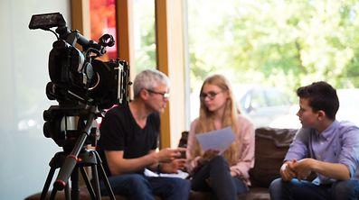 O português Xavier Silva, à direita, e a belga Rosalie Mottard são os protagonistas desta web-série.