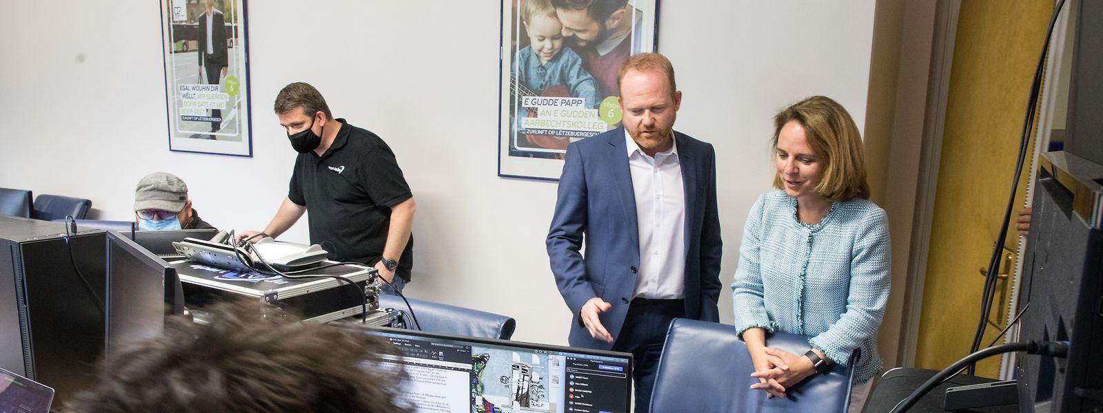 Parteipräsidentin Corinne Cahen und Generalsekretär Claude Lamberty inspizieren die Technik, die den digitalen Kongress erst möglich macht.