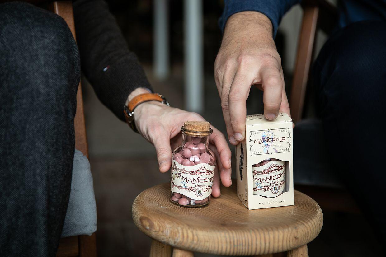 """Os """"comprimidos"""" doces da Arcádia já estão à venda e 10% das receitas revertem a favor da associação Manicómio."""