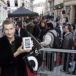 26.9. Bild des Tages / Neues I Phone  / Daniel Maisch aus Olm war der erste Kaeufer des neuen IPhone   Foto: Guy Jallay