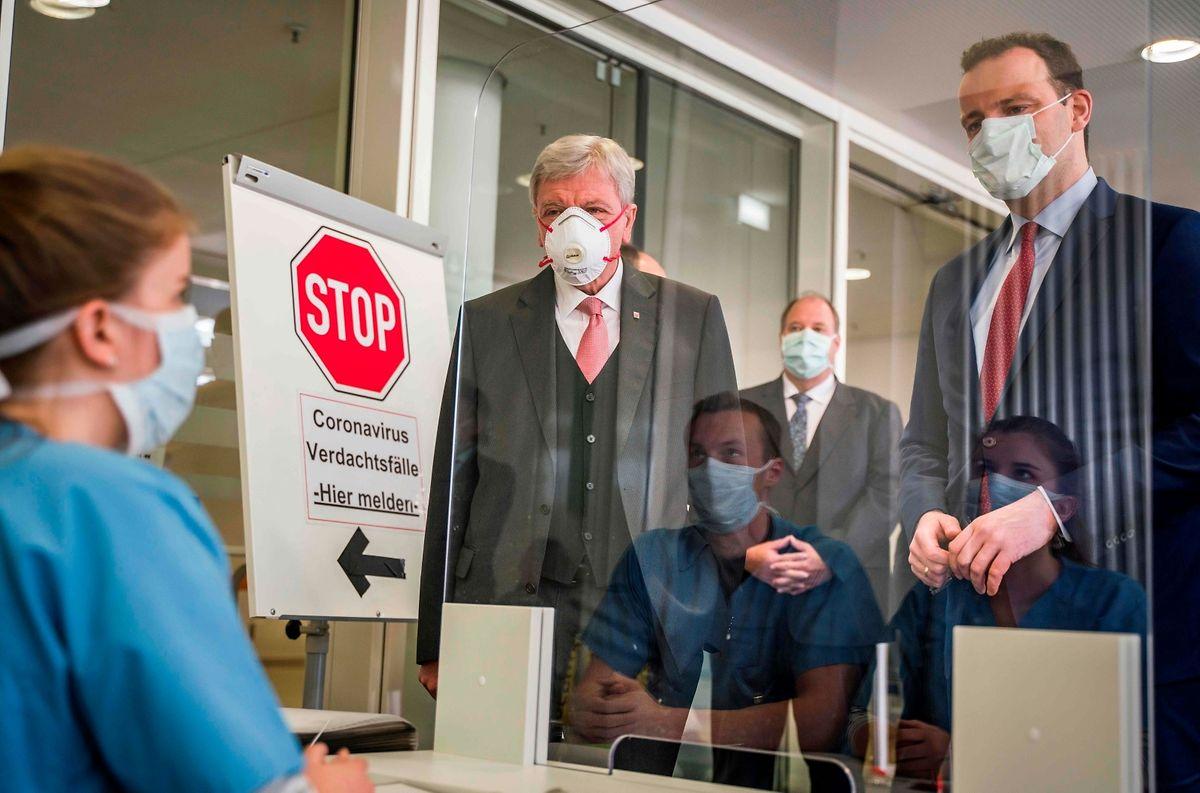 Der deutsche Bundesgesundheitsminister Jens Spahn (r.) bei einem Besuch im Uniklinikum Gießen und Marburg.