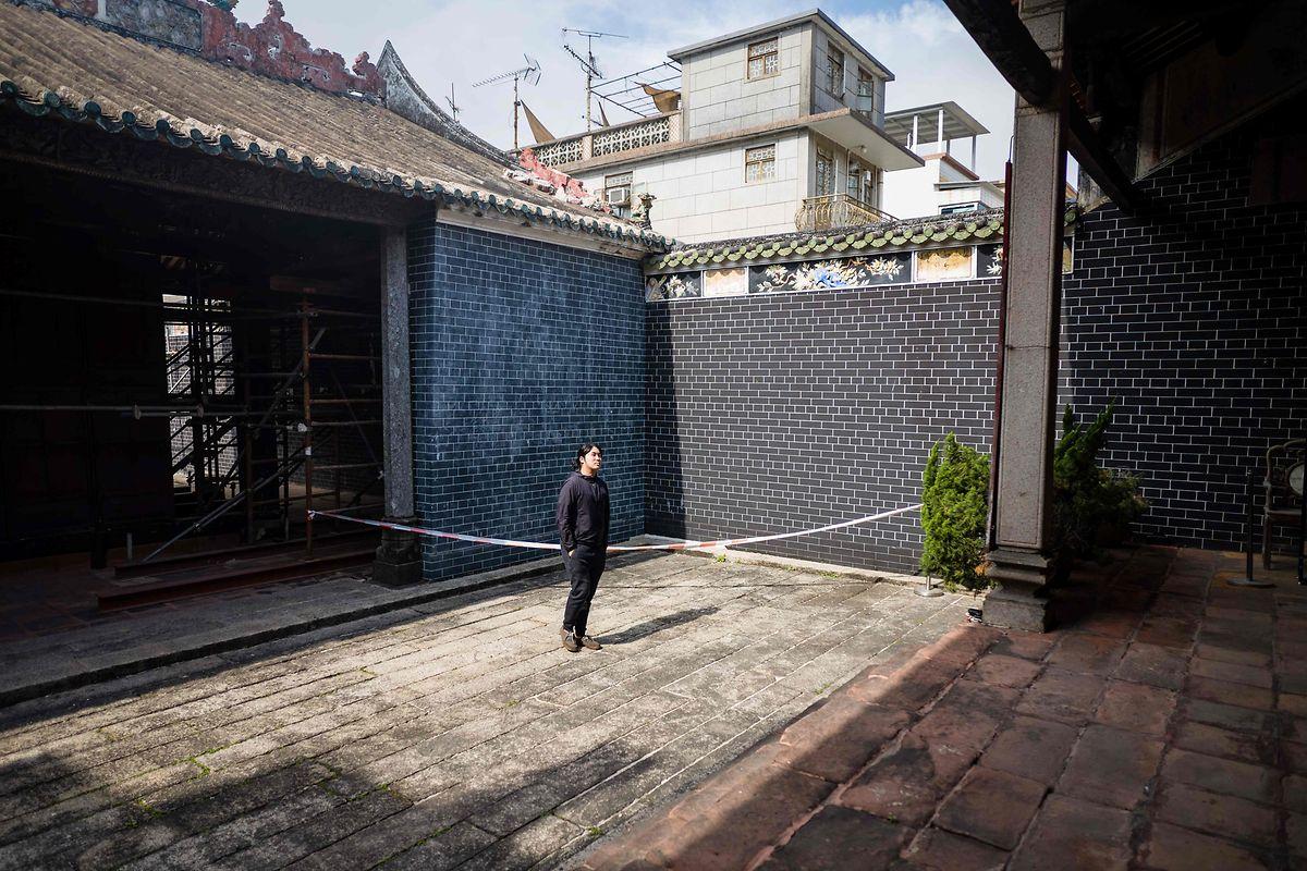 """William Liu posa num átrio ancestral do século XVIII, pertencente ao seu clã, numa zona rural do norte de Hong Kong conhecida como """"Novos Territórios"""""""