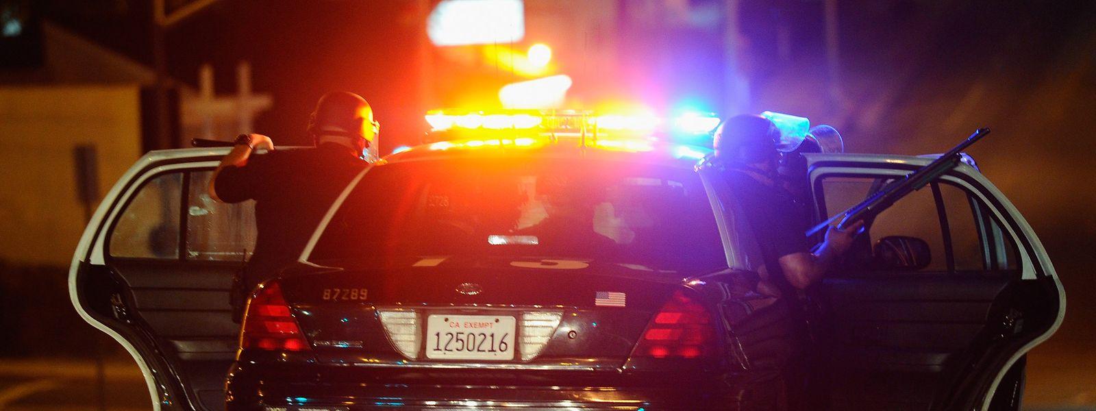 Der Vorfall, über den US-Medien am Donnerstag berichteten, geschah bereits am Sonntagabend nach Einbruch der Dunkelheit. Die beiden Polizisten hatten auf einen Notruf reagiert, wonach ein Verdächtiger mehrere Autoscheiben eingeschlagen und sich danach in einem Garten versteckt habe.