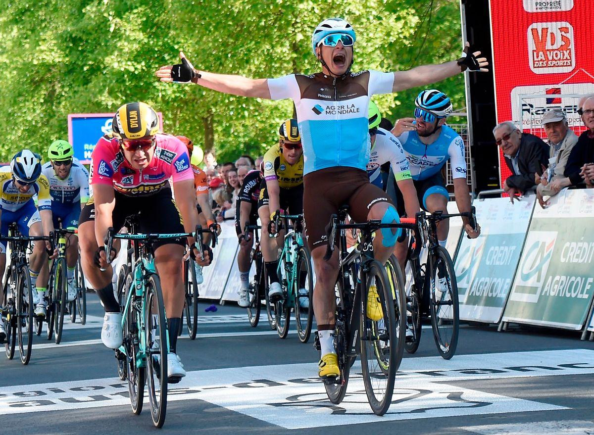 Le Français Clément Venturini (AG2R-La Mondiale) exulte sur la ligne d'arrivée, avant d'être... déclassé au profit du maillot rose, le Néerlandais Dylan Groenewegen (à g.)