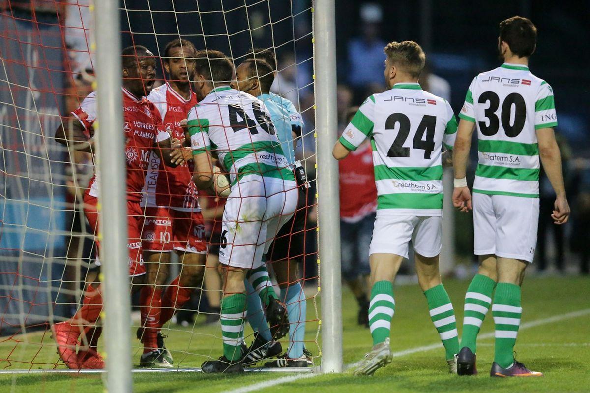 L'altercation entre Marcellin Bilali et Guillaume Mura après le but de Neves. Le Wiltzois a été exclu après avoir porté un coup à son adversaire.