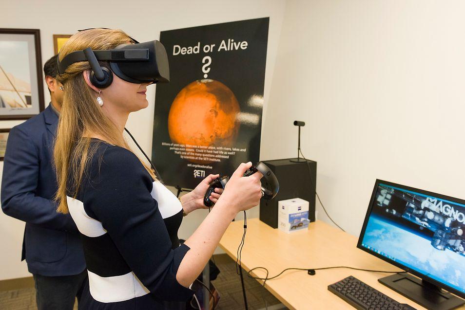 La Grande-Duchesse Héritière a pu essayer les lunettes de réalité virtuelles de Facebook, les Oculus Rift, pour se glisser dans la peau d'un astronaute dans la station spatiale internationale