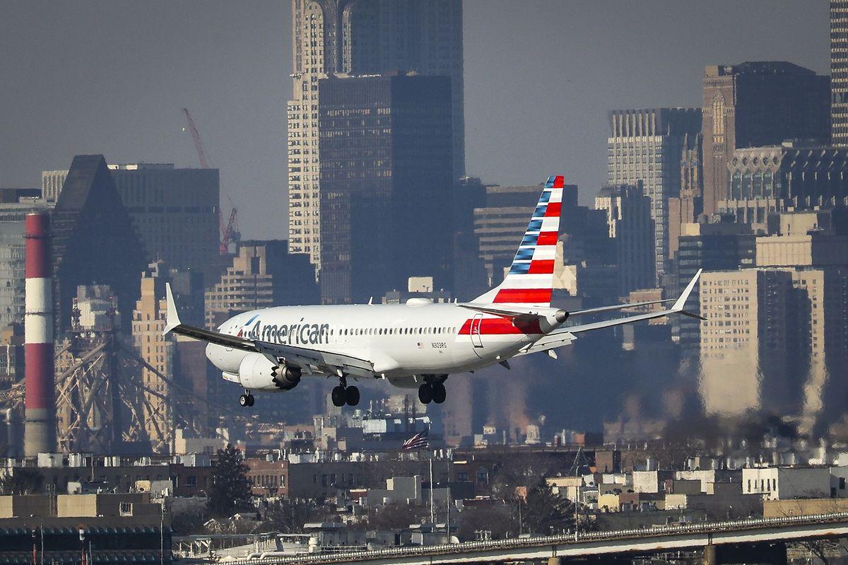 Eine Boeing 737 Max 8 am Flughafen LaGuardia in New York: Nach dem Unglück in Äthiopien lassen mehrere Fluglinien ihre baugleichen Maschinen auf dem Boden.
