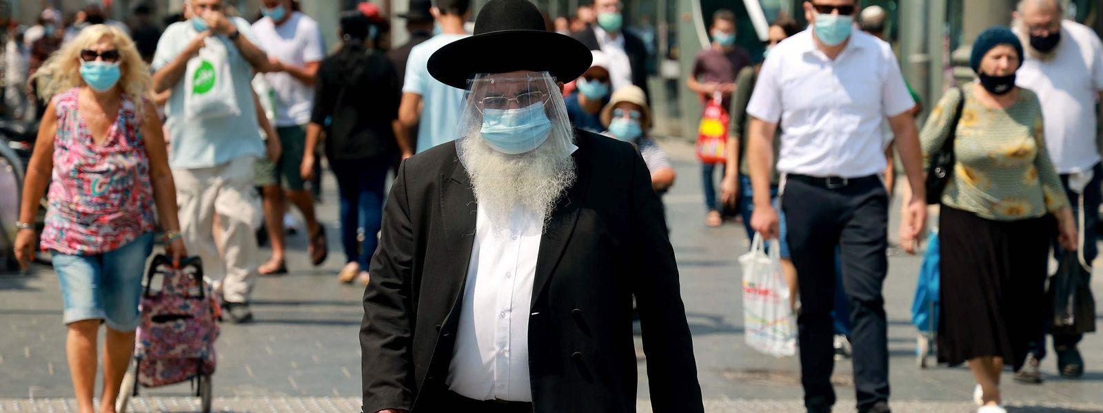 Ein ultra-orthodoxer Jude Jewish trägt in den Straßen von Jerusalem eine Maske, um sich und andere vor einer Corona-Ansteckung zu schützen.