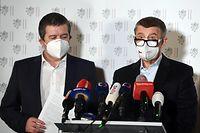 17.04.2021, Tschechien, Prag: Andrej Babis (r), Ministerpräsident von Tschechien, und Jan Hamacek, Innenminister von Tschechien, sprechen bei einer außerordentlichen Pressekonferenz im Außenministerium. Tschechien wirft Russland vor, in die Explosion eines Munitionslagers im Jahr 2014 verwickelt gewesen zu sein. Als Reaktion darauf weise man 18 russische Botschaftsmitarbeiter aus, die eindeutig als Mitarbeiter der Geheimdienste SWR und GRU identifiziert worden seien, sagte Innenminister Jan Hamacek am Samstag in Prag. Sie müssten innerhalb von 48 Stunden das Land verlassen. Hamacek leitet kommissarisch auch das Außenministerium. (zu dpa: «Prag weist wegen Explosion 18 russische Botschaftsmitarbeiter aus») Foto: Øíhová Michaela/CTK/dpa +++ dpa-Bildfunk +++