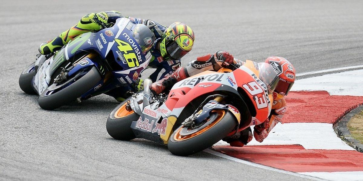 Marc Marquez et Valentino Rossi ont assuré le spectacle sur le circuit de Sepang avant que le pilote espagnol ne se retrouve au tapis. .