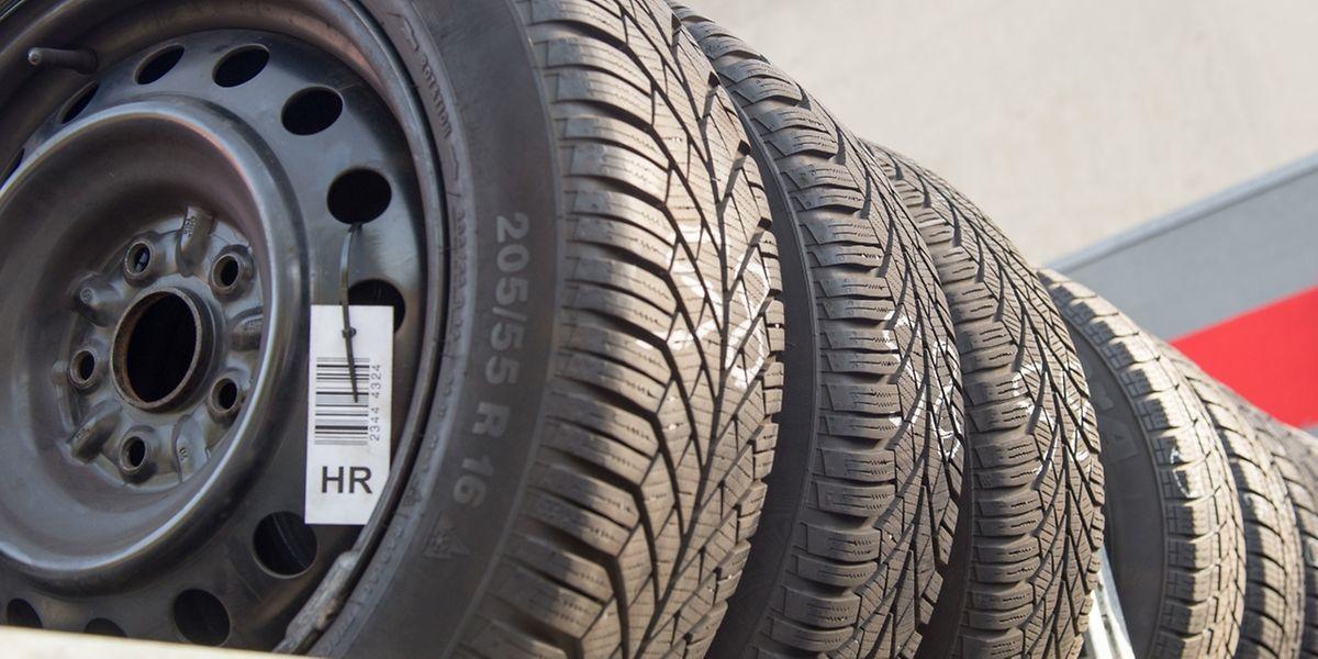 Autofahrer sollten beim Kauf neuer Reifen auf das Produktionsdatum achten - es lässt sich an der Reifenflanke ablesen.