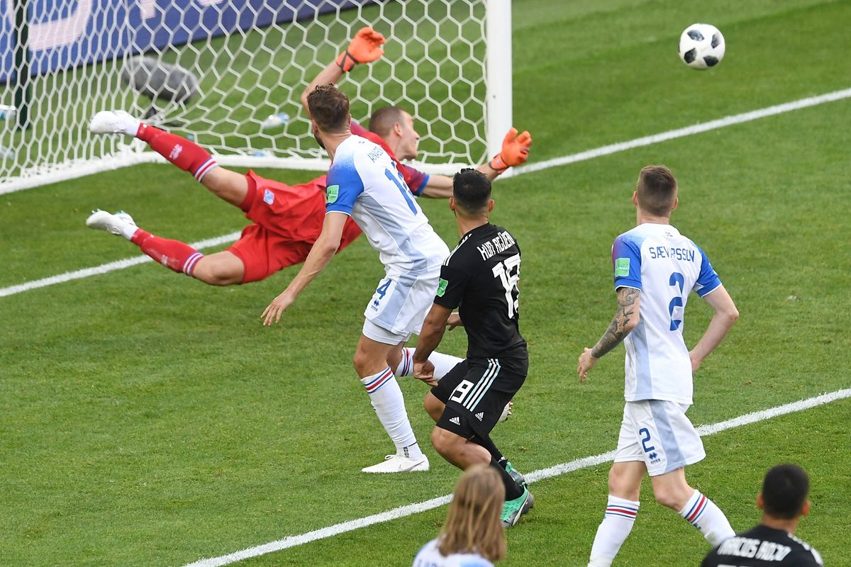 Iceland's goalkeeper Hannes Halldorsson (L) dives for a save during the Russia 2018 World Cup Group D football match between Argentina and Iceland at the Spartak Stadium in Moscow on June 16, 2018. / AFP PHOTO / Francisco LEONG / RESTRICTED TO EDITORIAL USE - NO MOBILE PUSH ALERTS/DOWNLOADS