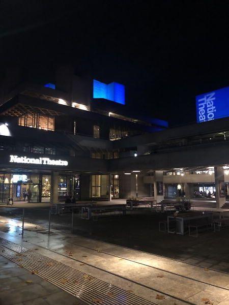 Das National Theater London macht aus aktuellen Not eine Tugend.