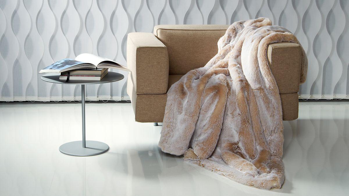 Das lose auf einem Sessel drapierte Fell ist einer der großenTrends des Winters - es muss auch keinEchtfell sein. Unternehmen wie Carma fertigen auch künstliche Stücke an.