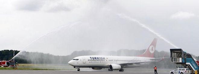 Die Flughafenfeuerwehr auf dem Findel begrüßte die erste Maschine der Turkish Airlines mit dem traditionellen Wasserbogen.