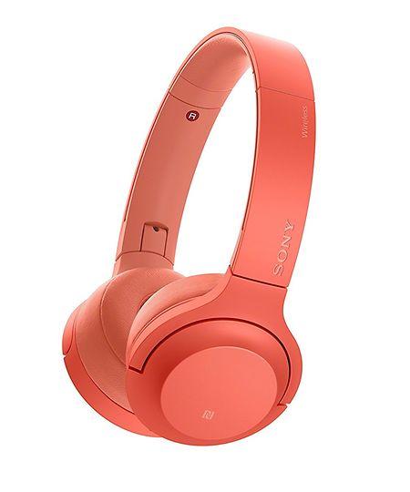 """(mj) - Egal ob """"My Heart Will Go On"""", """"I Will Always Love You"""" oder """"Nothing Compares 2 U"""": Wer die kabellosen roten Kopfhörer von Sony auf dem Haupt trägt, kann seine Lieblingsschnulzen so oft, so lange und so laut hören wie er oder sie will – und das in High-Resolution-Audio-Qualität und ohne dabei seine Mitmenschen zu nerven. Laut Hersteller reicht der Akku der faltbaren Kopfhörer für 24 Stunden Hörgenuss. Kopfhörer """"WH-H800"""" von Sony, um 180 Euro."""