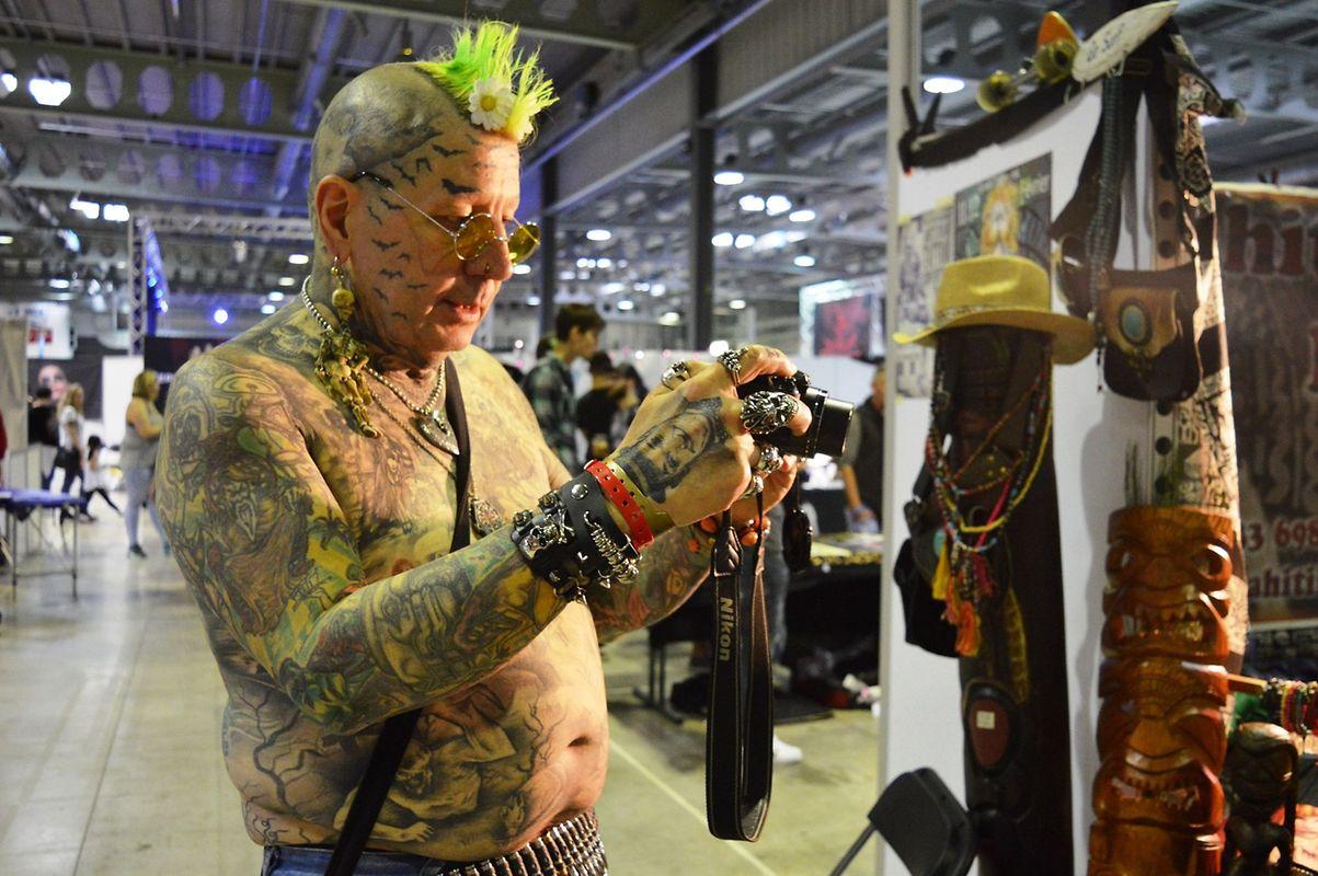 Bernard, um francês de Villerupt, aos 60 anos, tem mais de 200 tatuagens.