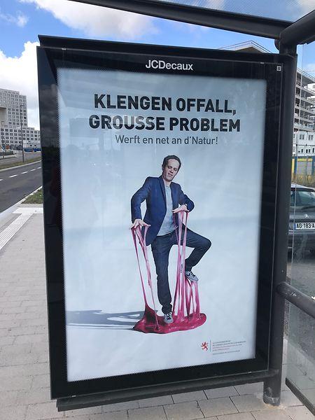 Die Plakate wurden auf Bahnhöfen und in der Nähe von Bushaltestellen angebracht.