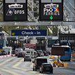 """ARCHIV - 25.07.2016, Großbritannien, Dover: Fahrzeuge stehen am Check-in-Terminal im Hafen von Dover. (zu dpa-Korr """"Schöne Bescherung - wie der Brexit schon jetzt der Wirtschaft schadet"""" vom 18.12.2018) Foto: Andy Rain/EPA/dpa +++ dpa-Bildfunk +++"""