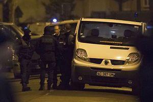 'homme interpellé jeudi pour un projet d'attentat en France avait été condamné en son absence avec Abdelhamid Abaaoud, organisateur présumé des attaques du 13 novembre, l'an passé à Bruxelles dans un procès de filière jihadiste vers la Syrie