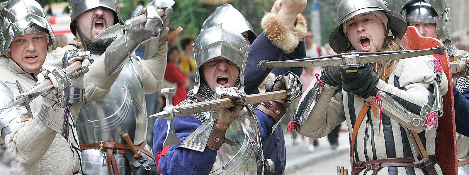 Ein Armbrustschütze auf einem Mittelalterfest (rechts).