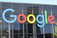 """ARCHIV - 08.05.2018, USA, Mountain View: Das Logo von Google an der Fassade des Hauptsitzes des Mutterkonzerns Alphabet.(zu dpa """"Google geht in Berufung gegen französische Datenschutz-Strafe"""") Foto: Christoph Dernbach/dpa +++ dpa-Bildfunk +++"""