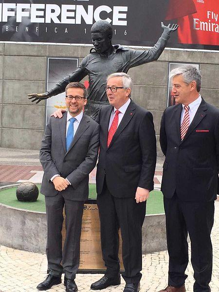 Juncker e Carlos Moedas junto à estátua de Eusébio, no estádio da Luz, em Lisboa
