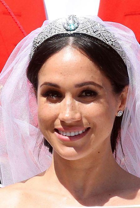 Strahlend im Sonnenlicht: Nicht nur die Braut, sondern insbesondere auch ihr Diadem sorgte für Gesprächsstoff.