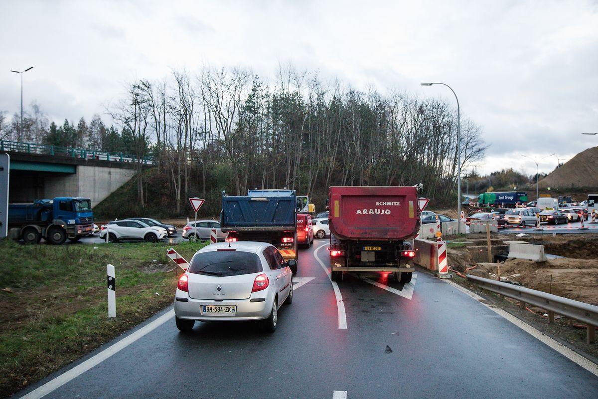 Gerade in den Spitzenzeiten herrscht Stillstand im Kreisverkehr.