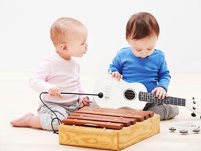 """""""Notre étude est la première menée avec de très jeunes enfants qui suggère que le fait d'être exposé à des rythmes musicaux tôt peut aussi améliorer la capacité à détecter les rythmes dans le langage et aussi à les anticiper"""", explique Christina Zhao, une chercheuse à l'Institut de l'apprentissage et des sciences du cerveau."""