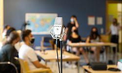 Wer traut sich ans Mikro? Bei der Aufnahme des Hip-Hop-Songs bringen sich die zehn Schüler mit ihren jeweiligen Talenten ein.