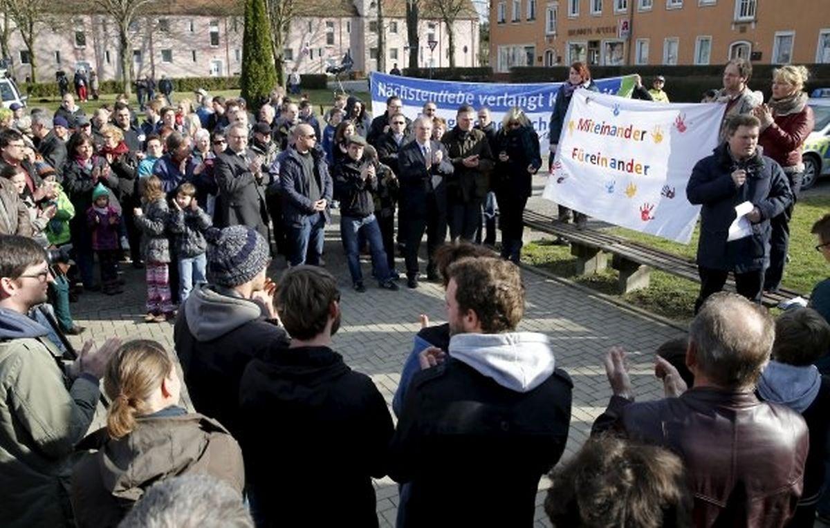 Einwohner aus Tröglitz demonstrieren gegen Fremdenhass.